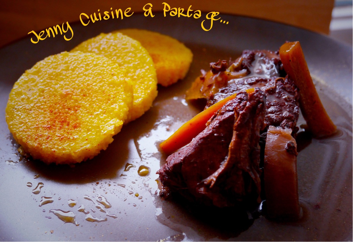 Bœuf au vin rouge et légumes, polenta poêlée.